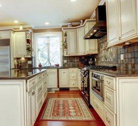 Niewielki dywan w kuchni z wyspą