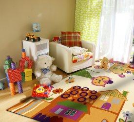 Kolorowy dywan w pokoju dziecięcym